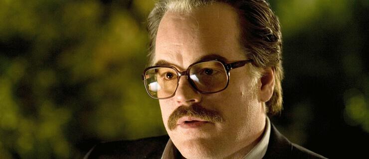 Philip Seymour Hoffman als 'Gust Avrakotos'